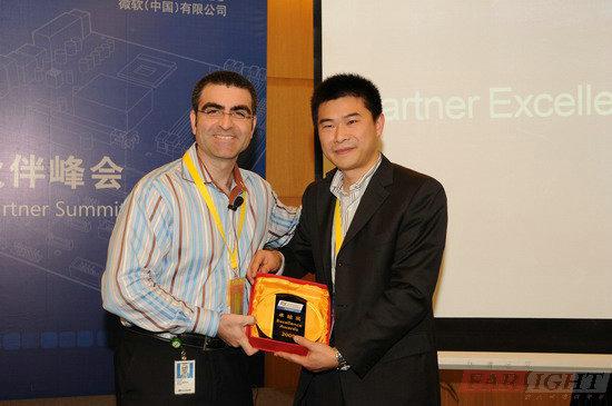 微软全球嵌入式市场总监Olivier Fontana给华清远见颁奖